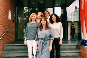 Team communicatieprofessionals samen met Jacqueline