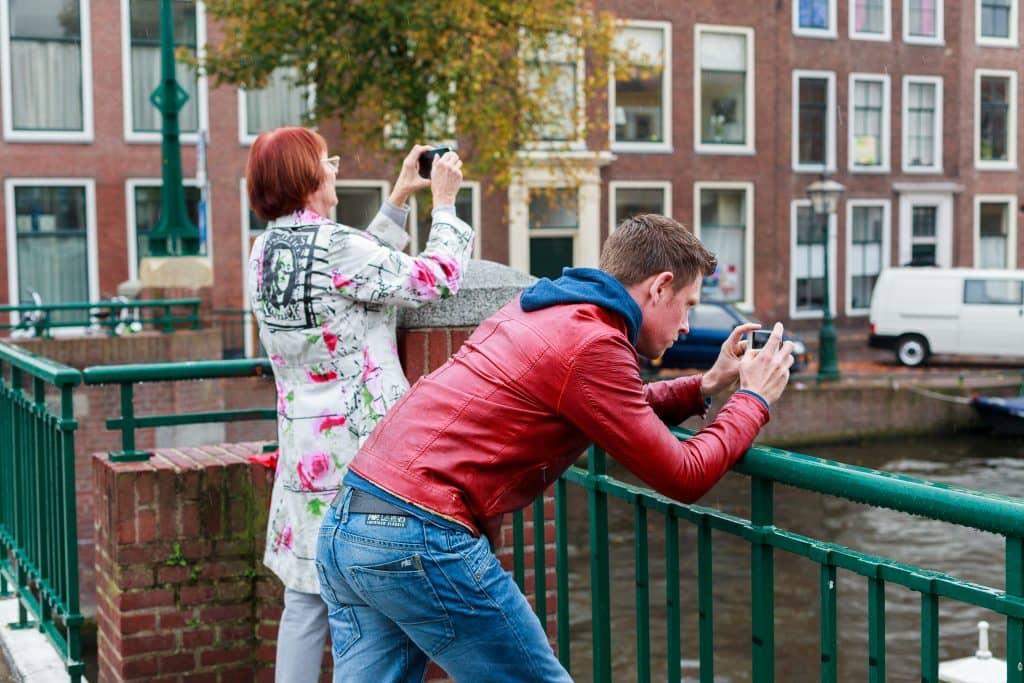 Cursisten oefenen met foto's maken met hun telefoon