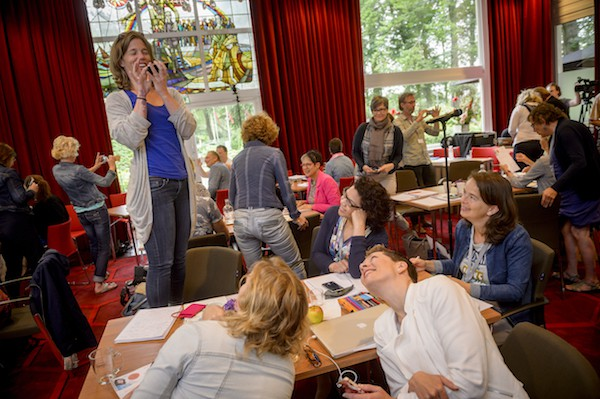 Deelnemers lezing over beeld aan de slag met de telefoon