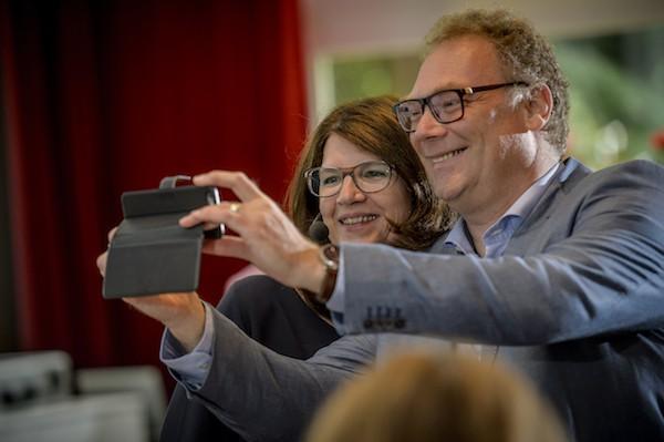 Jacqueline maakt selfie met deelnemer lezing over effectief inzetten van beeld