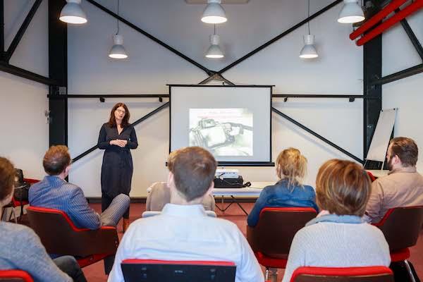 Jacqueline als spreker over beeld met publiek