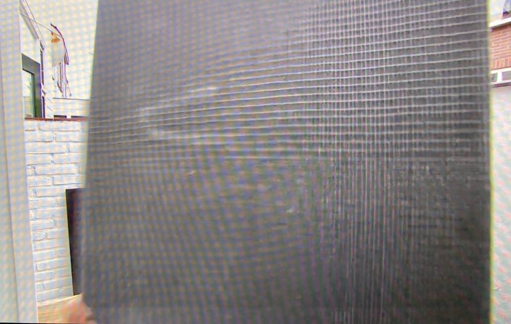 Shot van zwarte plank die van camera af beweegt in een filmpje van Eigen Huis en Tuin